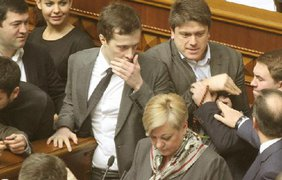 """Депутаты скандировали """"Ганьба"""" и заблокировали трибуну"""