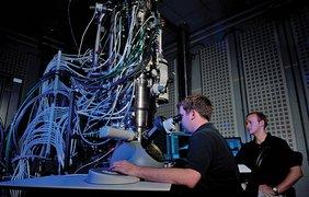 Лаборанты за электронным микроскопом Centennial в Университете штата Северная Каролина