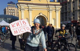 Виталий Кличко катается на велосипеде с киевлянами. Фото facebook.com/merkieva