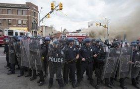 В Балтиморе протестанты грабят и поджигают здания. Фото epa.eu