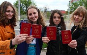 Школьникам выдают паспорта, которые нигде не принимают