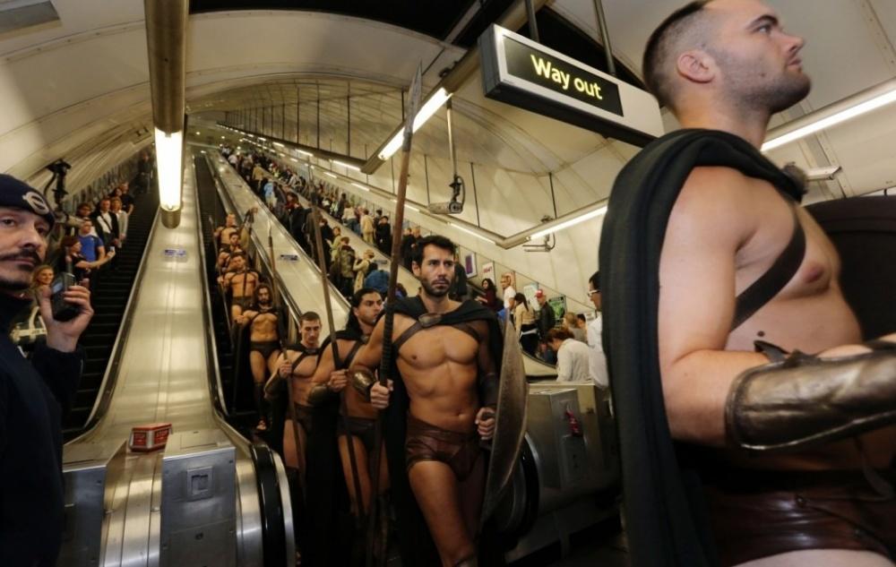 здоровый мужик в метро фото университета