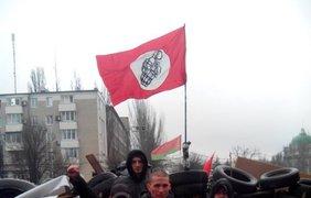 Флаг национал-большевиков на баррикадах сепаратистов