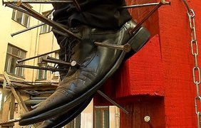 """Вбить в """"Путина"""" гвоздь или вытащить гвоздь могут все желающие. фото - ТВ5, Латвия"""