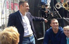 Братья Кличко занялись зарядкой с девушками. Фото Facebook.com/merkieva
