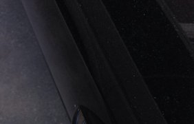 Неизвестные блокируют двери иномарок навесными замками. фото - Facebook