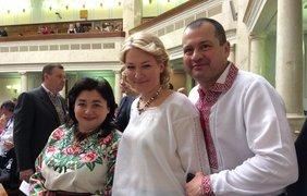 Большинство депутатов, явившихся на заседание тоже были в вышиванках