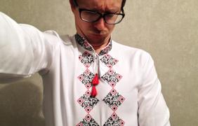 Телеведущий Майкл Щур в QR-вышиванке. фото - Майкл Щур via Facebook