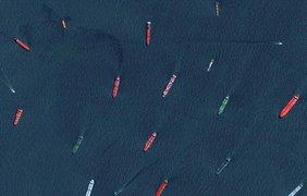 Грузовые корабли и танкеры ждут своей очереди на вроде в порт Сингапура