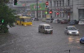 Ливнеприемники не справляются с объемами воды. Фото 056.ua