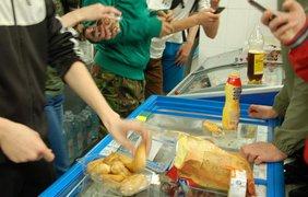 """Несколько десятков человек бесплатно ели продукты в одном из супермаркетов Киева. Фото """"Киеввласть"""""""