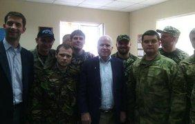 Маккейн в Днепропетровске. Фото: twitter/GeoffPyatt