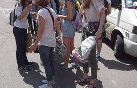 Активисты ждали Полищука с цветами. Фото Александра Рудоманова