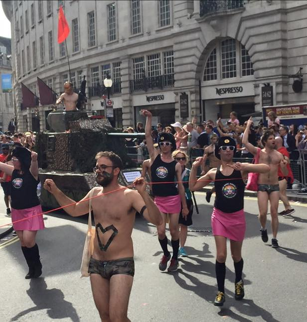 Фото голых мальчишек на параде геев фото 464-622