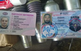 Бойцы показали документы, оружие и снаряжение наемников из России
