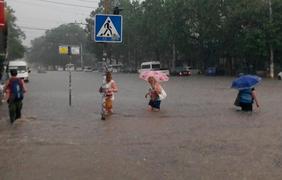 Вода достает до окон автомобилей. Фото СК