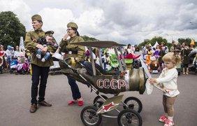 """В Москве детей нарядили в военную форму. Фото """"Обозреватель"""""""