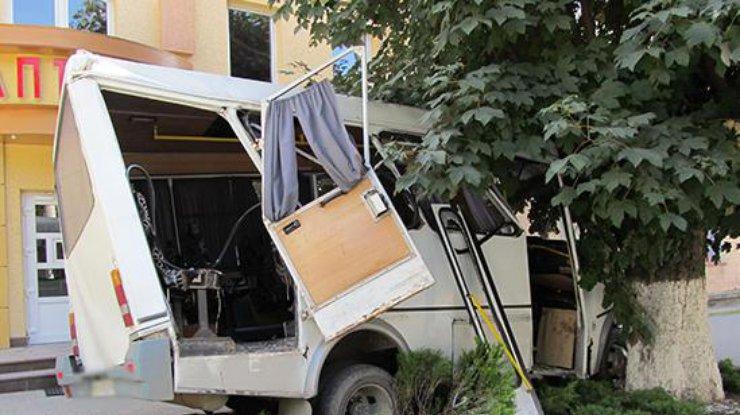ВКаменце-Подольском маршрутка врезалась вдерево, есть пострадавшие