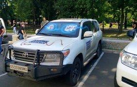 Митингующие разрисовали машины ОБСЕ
