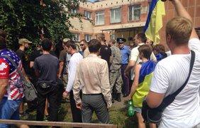 Активисты и милиция немного потолкались под зданием суда