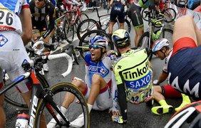 Тибо Пино и Саксо Тинькофф после аварии во время 5-го этапа