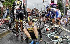 Велогонщик из Нидерландов из Нидерландов после столкновения с несколькими спортсменами во время 5-го этапа
