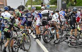 Велогонщики после авари во время 5-го этапа