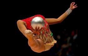 Маргарита Мамун выступает с мячом в финале индивидуального первенства Кубка мира по художественной гимнастике в Будапеште, Венгрия, 9 августа.