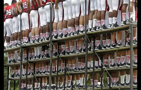 Невероятные спортивные стоп-кадрыИгроки футбольной команды Университета Северной Каролины на построении для группового снимка в Роли, Северная Каролина, 9 августа.