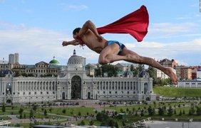 Профессиональный чешский дайвер Михал Навратил выступает после финала соревнования по прыжкам с 27-метровой платформы на Чемпионате мира по водным видам спорта 2015 в Казани, 5 августа