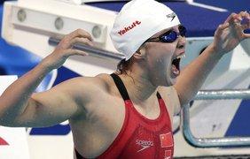 Китайская пловчиха празднует победу в соревновании по плаванию на спине на 50 метров на Чемпионате мира по водным видам спорта 2015 в Казани, 6 августа.