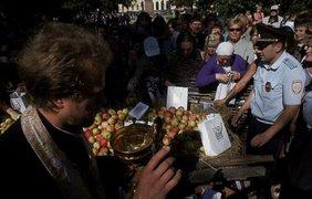 Массовая давка произошла во время раздачи освященных яблок. Фото FlashNord