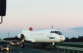 При транспортировке самолета лопнула жесткая сцепка