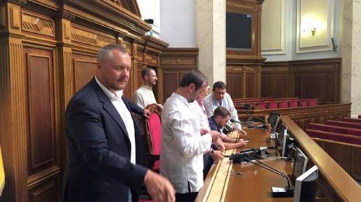 Трибуну Рады заблокировали депутаты. Фото facebook/igor.mosijcuk
