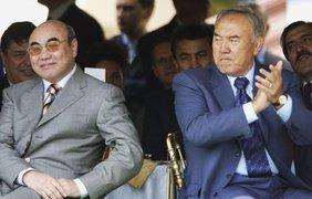 Президент Казахстана Нурсултан Назарбаев с часами за 60 тысяч долларов