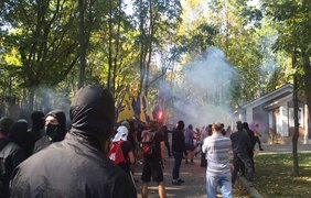 Активисты у дома Добкина. Фото: twitter.com/itsector