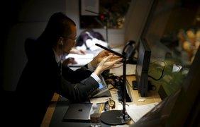 Китайский переводчик-синхронист за работой в кабине над залом Генеральной Ассамблеи