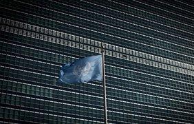 Флаг ООН развевается над зданием Секретариата