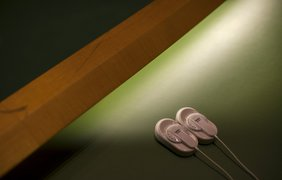 Наушники для синхронного перевода на столе делегата в зале Генеральной Ассамблеи