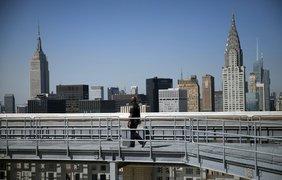Охранник патрулирует крышу здания Секретариата