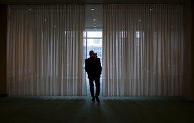 Дипломат идет в комнату для отдыха, расположенную рядом с залом Генеральной Ассамблеи