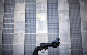 Бронзовая скульптура револьвера Colt Python калибра .357 Magnum с завязанным дулом возле здания Генеральной Ассамблеи