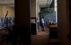 Дипломаты беседуют с охранником в комнате для отдыха на втором этаже, предназначенном для делегатов