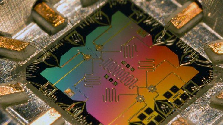 Квантовый компьютер работает на основе законов квантовой механики