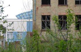 Заброшенное здание граничит со школой