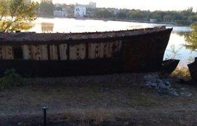 В Донецке корабль на Кальмиусе разрезали на металлолом