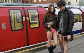 Пассажиры катались в метро без штанов