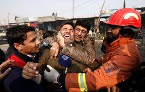 В Пакистане мотоциклист-террорист врезался в пункт полицейских. Фото EPA.EU