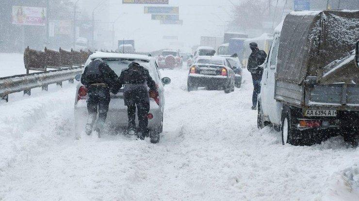 В течение суток спасатели вытащили из снега три машины