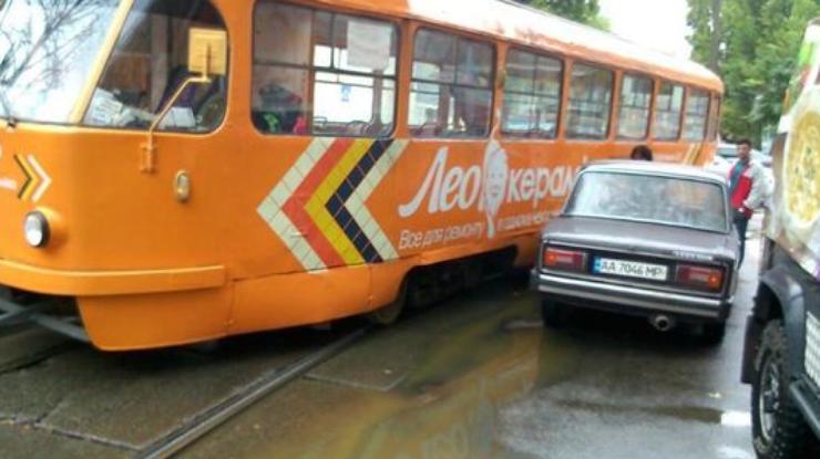 Встолице трамвай сошел срельсов ивъехал вавтомобиль